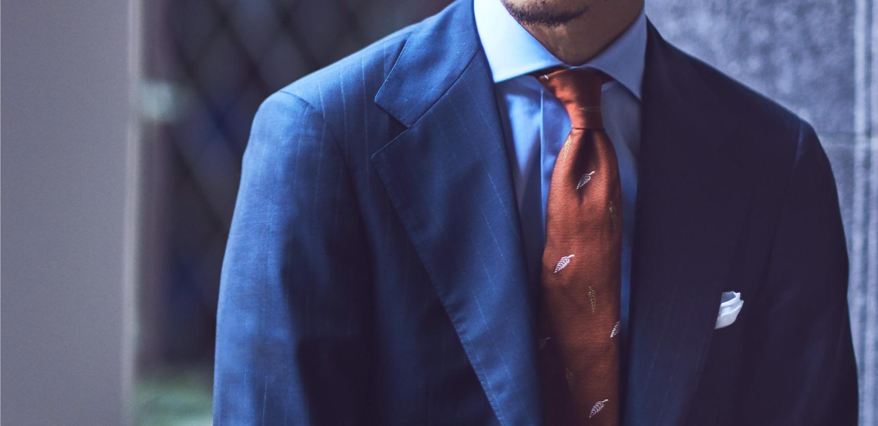 Atto Vannucci(アット・ヴァンヌッチ)のネクタイをご紹介。クラシックなスーツに合わせる事で、ビジネスシーンの装いをエレガントに演出します。