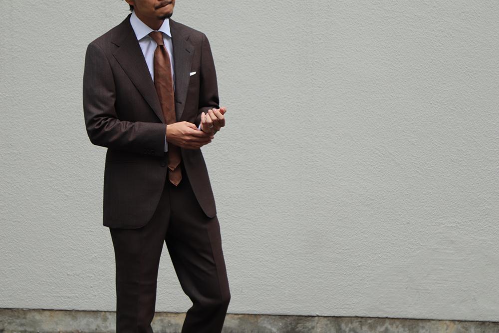ビジネスタイルで着用するオーダースーツ・オーダーシャツをご提案するTHE G'S HIDEOUT.(ザ・ジーズ・ハイドアウト)。ブラウンのオーダースーツにアットヴァン ヌッチのネクタイを合わせた秋冬シーズンのスタイルをご紹介しています。