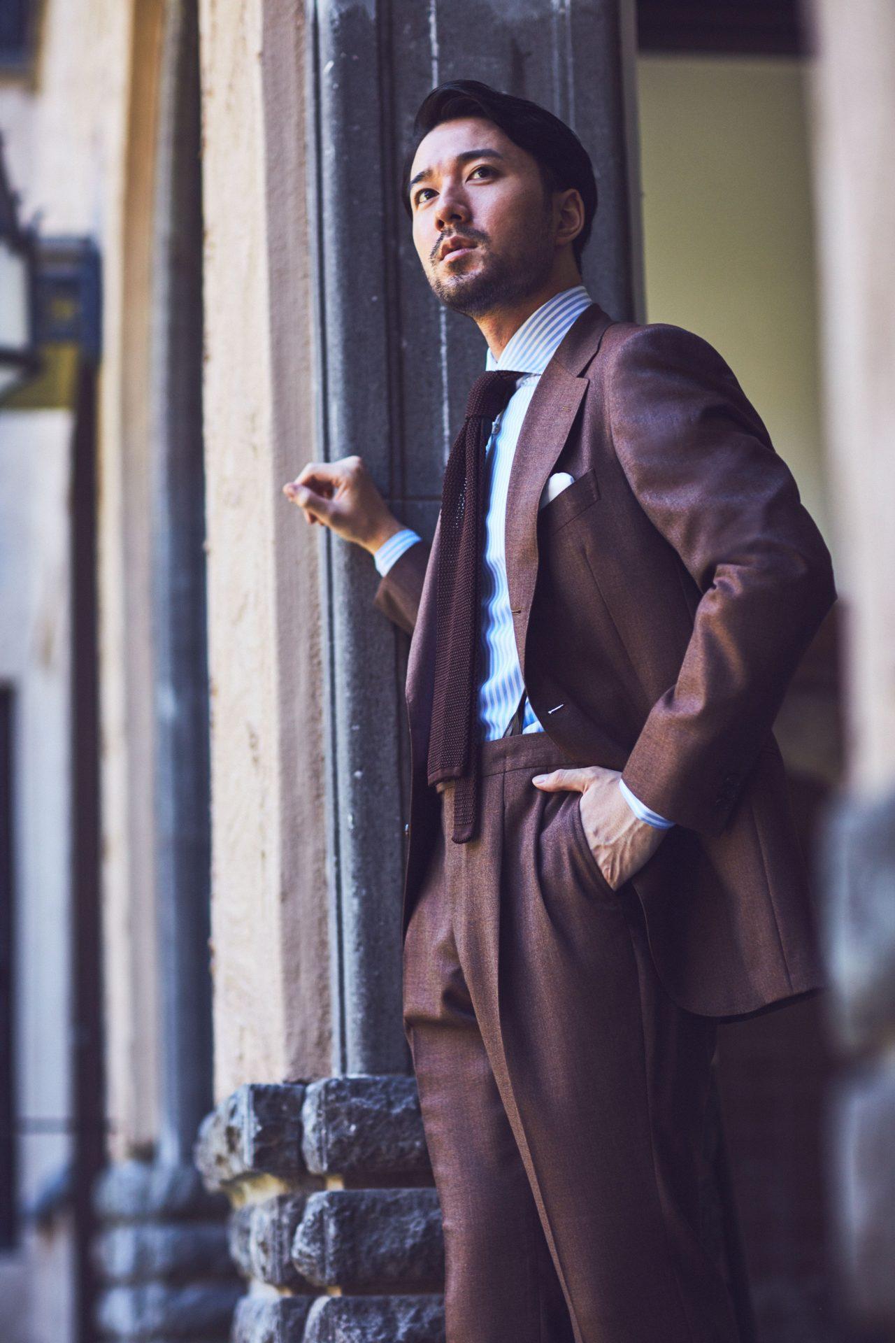 アット ヴァンヌッチ(Atto Vannucci)のブラウンのニットタイをにブラウンのオーダースーツ合わせる事で、ビジネスシーンの装いをエレガントに演出します。