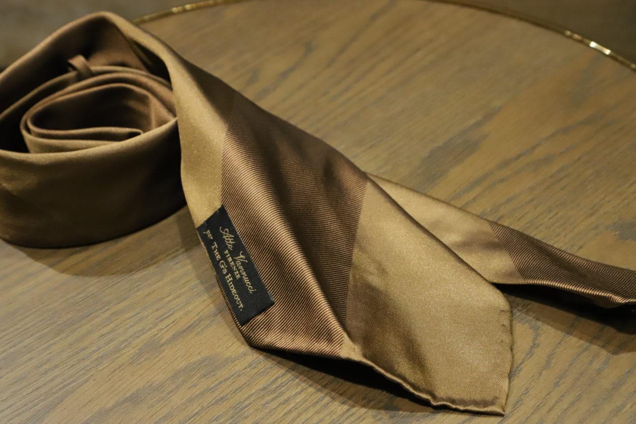 アット ヴァンヌッチ(Atto Vannucci)のブラウンのセッテピエゲネクタイをご紹介。アット ヴァンヌッチ(Atto Vannucci)のセッテピエゲのネクタイはクラシックなオーダースーツに合わせる事で、ビジネスシーンの装いをエレガントに演出します。
