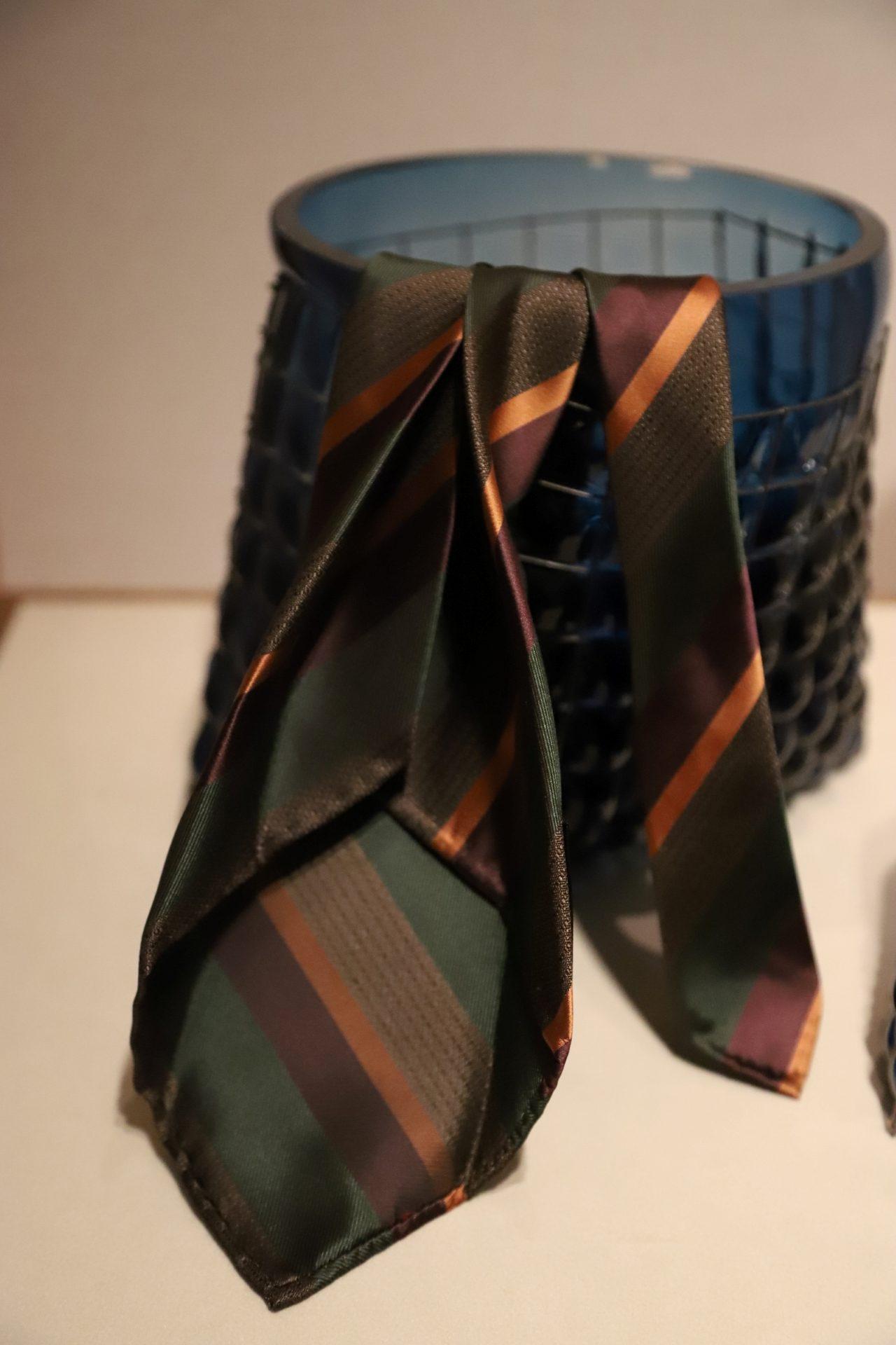 アット ヴァンヌッチ(Atto Vannucci)のブラウンとブラックのセッテピエゲネクタイをご紹介。セッテピエゲのネクタイはクラシックなオーダースーツに合わせる事で、ビジネスシーンの装いをエレガントに演出します。