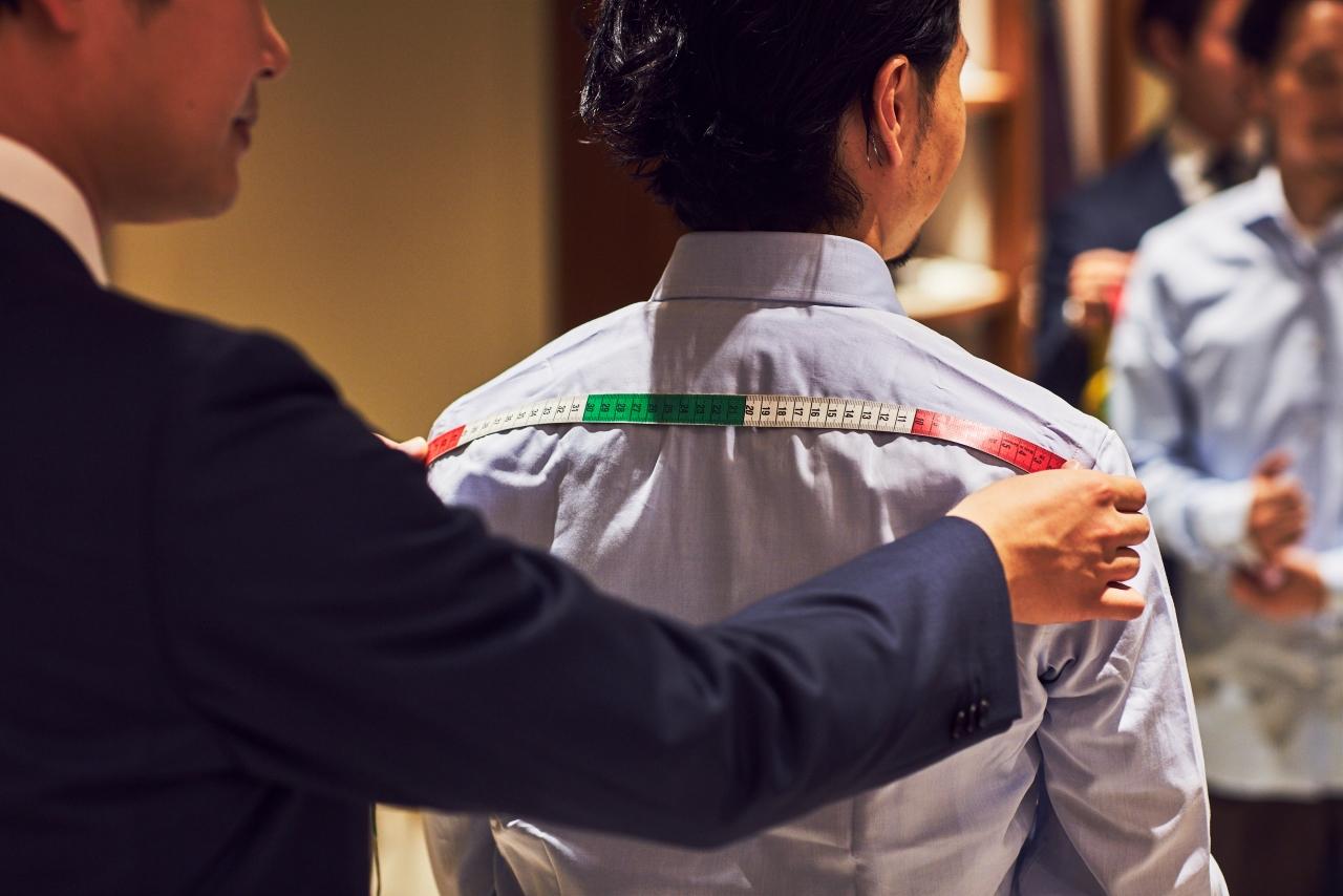 オーダーシャツの魅力はプロのスタッフが採寸をして、お客様の使用するシーンやお持ちのスーツ・ジャケットをお伺いしてパーソナルな提案をしてくれる事も魅力です。