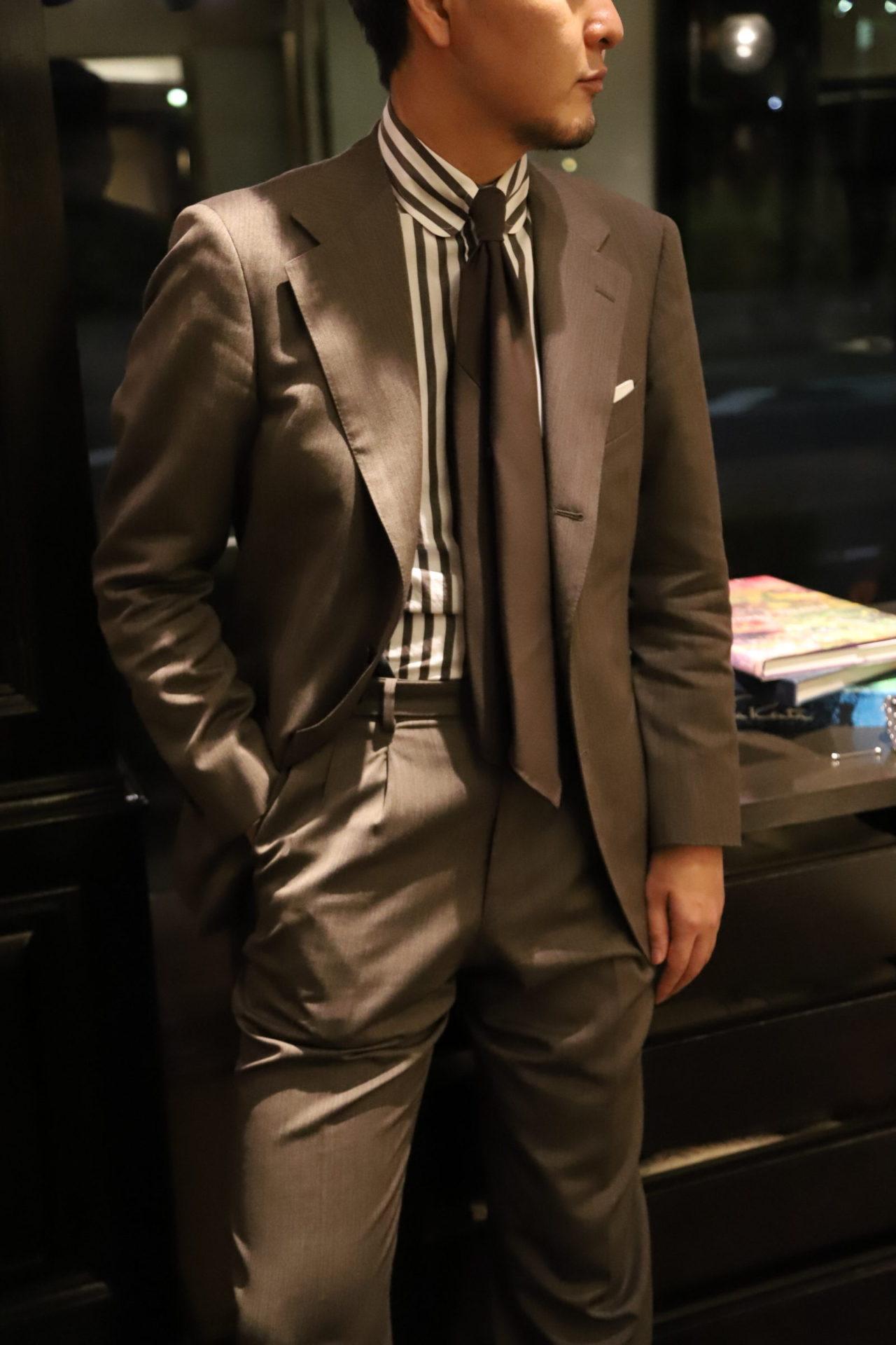 アット ヴァンヌッチ(Atto Vannucci)のブラウンのセッテピエゲのネクタイをザ・ジーズ・ハイドアウト(THE G'S HIDEOUT.)のブラウンオーダースーツに合わせたスタイル。
