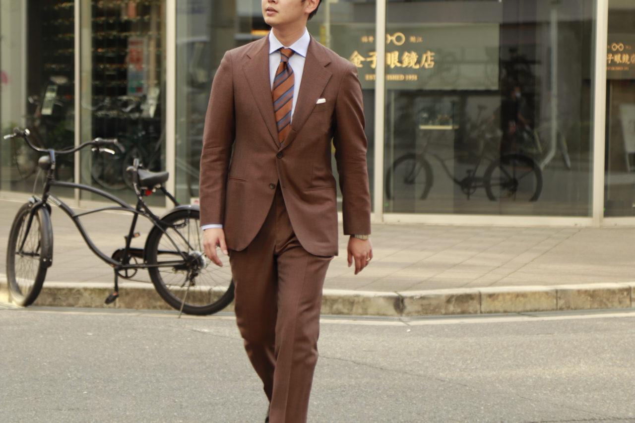 アット ヴァンヌッチ(Atto Vannucci)のブラウンのネクタイをザ・ジーズ・ハイドアウト(THE G'S HIDEOUT.)のブラウンのオーダースーツに合わせたスタイルのご紹介。